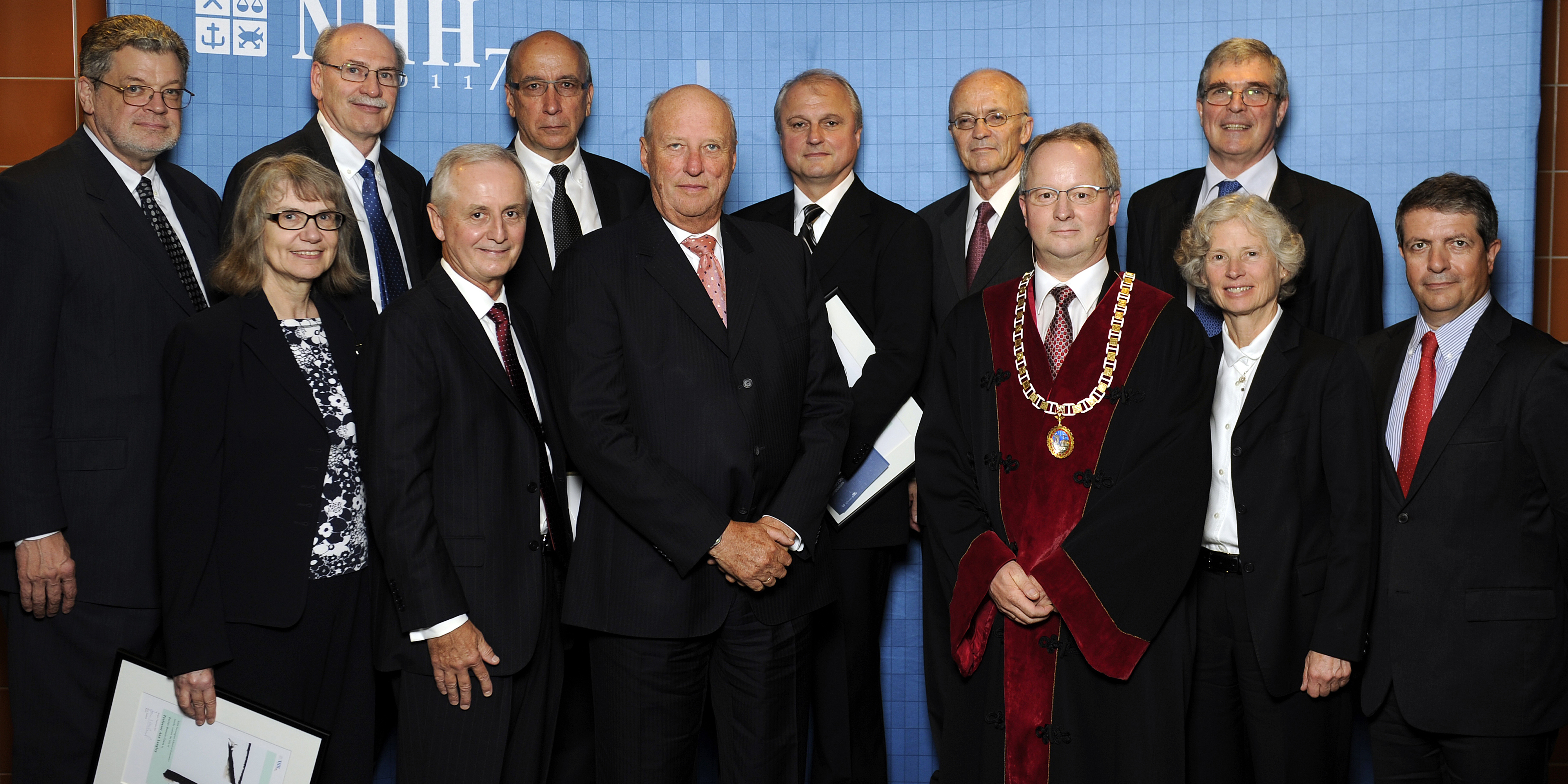 King Harald and former Rector Jan I Haaland with honorary doctors appointed during NHH's 75th anniversary in 2011. Photo: Helge Skodvin