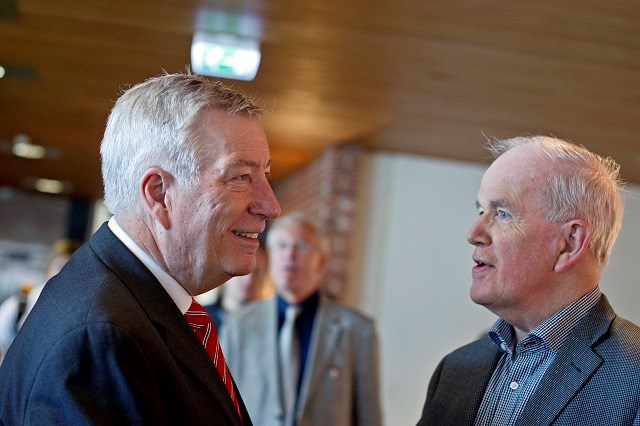 Former finance secretary Sigbjørn Johnsen chatting with Agnar Sandmo at an NHH event. Archive photo